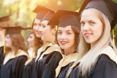 Laureato abbastanza femminile alla graduazione Fotografia Stock