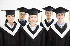 Laureato alla graduazione con i compagni di classe Fotografia Stock