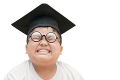 Laureato asiatico del bambino della scuola annoiato con il cappuccio di graduazione isolato Fotografie Stock Libere da Diritti