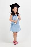 Laureato asiatico del bambino della scuola in cappuccio di graduazione Fotografia Stock