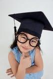 Laureato asiatico del bambino della scuola in cappuccio di graduazione Immagini Stock Libere da Diritti