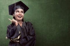 Laureato asiatico dello studente di college dall'università Fotografia Stock Libera da Diritti
