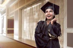 Laureato asiatico dello studente di college dall'università Immagini Stock