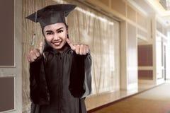 Laureato asiatico dello studente di college dall'università Fotografie Stock Libere da Diritti