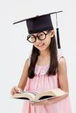 Laureato asiatico felice del bambino della scuola in cappuccio di graduazione Fotografia Stock Libera da Diritti