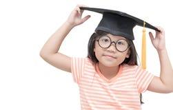 Laureato asiatico felice del bambino della scuola con il cappuccio di graduazione Fotografia Stock Libera da Diritti