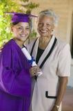 Laureato della femmina con sorridere della nonna Fotografia Stock Libera da Diritti