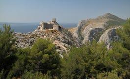 Laureato di Stari - Fortica - le rovine della fortezza sopra la città Omis Fotografia Stock