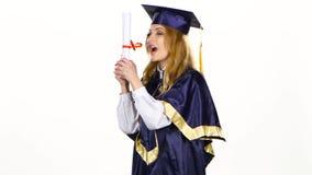 Laureato emozionante della donna in abito con il diploma bianco stock footage