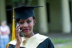 Laureato femminile abbastanza africano alla graduazione Immagine Stock