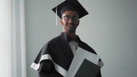 Laureato indiano dell'accademia in abiti che sorride tenendo un diploma stock footage