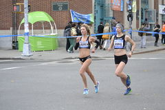 Lauren Kleppin安妮Bersagel妇女精华赛跑者NYC马拉松 免版税图库摄影