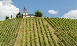 Laurentius Chapel no panorama Alemanha de Trittenheim imagens de stock