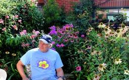 Laury Lewis in seinem award-winninggarten Lizenzfreie Stockfotografie