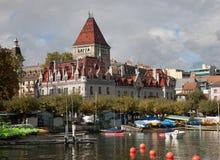 Lausana, Suíça, vista no porto e no ` Ouchy do castelo D foto de stock royalty free