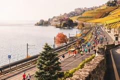 Lausanne-Bereich, Kanton Waadt, die Schweiz 30. Oktober 2016: Läufer im Lausanne-Marathon, der Lavaux-Weinberge durchläuft Stockbild