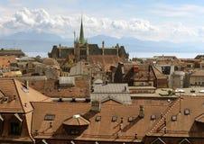 Lausanne cityscape med den Saint Francois kyrka- och sjöGenève Arkivbilder