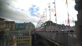 Lausanne most z barwionymi flaga pod chmurnym niebem, wakacje w Szwajcaria zdjęcie wideo