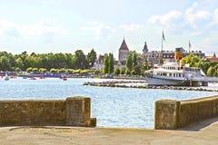 Lausanne slott av Ouchy nära Genève sjön i sommar Arkivfoton