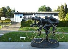 Lausanne Szwajcaria, Czerwiec, - 05, 2017: Cykliści, rzeźba G Zdjęcie Stock