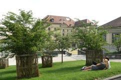 Lausanne Szwajcaria, Czerwiec, - 05, 2017: Ludzie relaksują na trawie Obraz Royalty Free