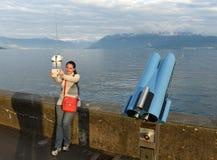 Lausanne Szwajcaria, Czerwiec, - 05, 2017: Młoda kobieta robi selfie Fotografia Stock