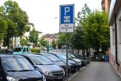 Lausanne Szwajcaria, Czerwiec, - 05, 2017: Samochody na parking w losie angeles Obrazy Stock