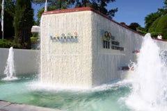 LAUSANNE, ZWITSERLAND - MEI 24, 2010: Fontein en Uithangbord bij Stock Afbeeldingen