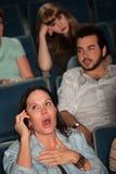 Laut sprechen in einem Theater stockfotos