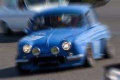 Laut summen auf ein blaues Sammlungsauto Lizenzfreie Stockbilder