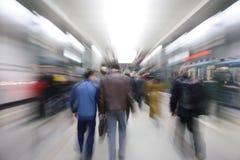 Laut summende Fluggäste in der Untergrundbahn Stockfoto