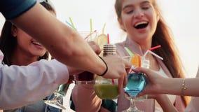 Laute Firmengeklirrgläser mit den schönen, bunten, alkoholischen Cocktails Zeitlupe, städtisches Cocktail des Sommers stock video footage