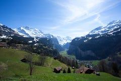 Lauterbrunnen и Staubbach смотря от расстояния Стоковые Изображения