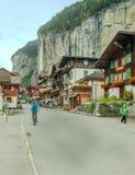 Lauterbrunnen com povos e bandeiras dos carros Fotografia de Stock
