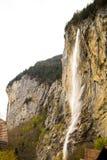 Lauterbrunnen die Schweiz Schöne Wasserfälle alle über dem Dorf lizenzfreie stockbilder