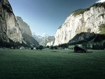 Lauterbrunnen ed alpi svizzere nei precedenti Fotografia Stock Libera da Diritti