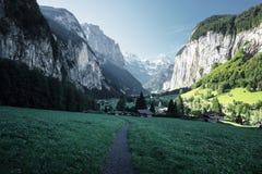 Lauterbrunnen ed alpi svizzere nei precedenti Fotografie Stock