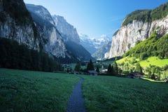 Lauterbrunnen och schweiziska fjällängar i bakgrunden Royaltyfria Foton