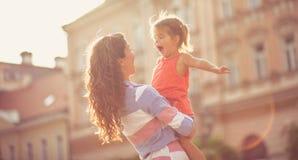 Lautes Gelächter ist ein Zeichen, dass das Kind glücklich ist lizenzfreie stockbilder