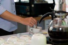 Lautes Summen des weiblichen Handaufruhrtasse kaffees stockbilder