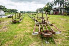 Lautoka, Fidschi Verlassener Frachtfracht-Feldbahnbahnhof für das Transportieren des Zuckerrohrs An der Lautoka-Zuckerraffinerie  lizenzfreies stockfoto