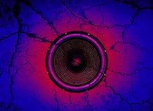 Lautsprecher auf einem gebrochenen Wandhintergrund Stockbild