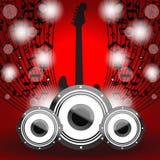 Lautsprecher und Gitarre auf schönem glänzendem rotem abstrac Lizenzfreie Stockfotos