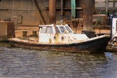 Lauwersoog港口生锈的船 免版税图库摄影