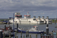 从Lauwersoog的荷兰轮渡向斯希蒙尼克岛 免版税库存照片