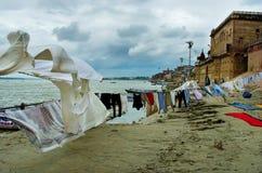 Lavándose viste en el río Ganges en Varanasi, I Foto de archivo libre de regalías