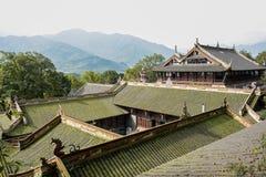 Lav-täckte tak av forntida kinesiska byggnader i solig winte Arkivbild