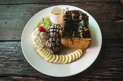 Lava adornada de la miel y del chocolate en tostada con el cre del hielo de vainilla Fotografía de archivo libre de regalías