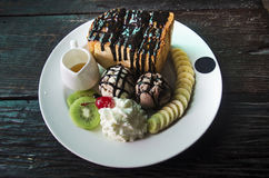 Lava adornada de la miel y del chocolate en tostada con el cre del hielo de vainilla Fotos de archivo
