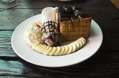 Lava adornada de la miel y del chocolate en tostada con el cre del hielo de vainilla Imagenes de archivo